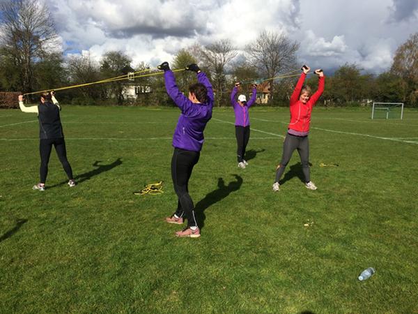 Pigerne træner med reb til outdoor træning