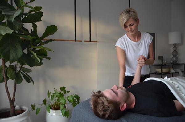 Rikke-lise der udfører Kranio-sakral terapi