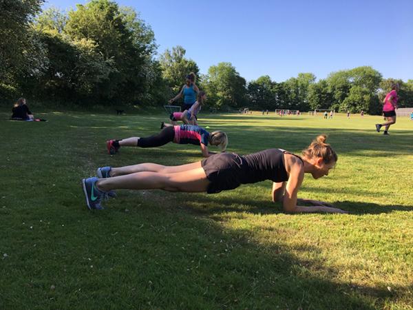pigerne laver planke til outdoor træning